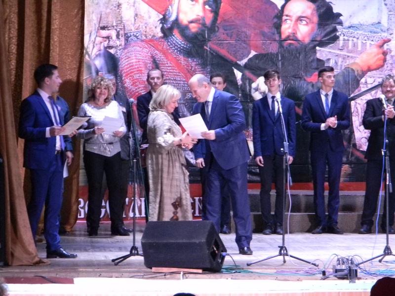 Глава южского муниципального района В.И.Оврашко вручает благодарственные письма жюри фестиваля
